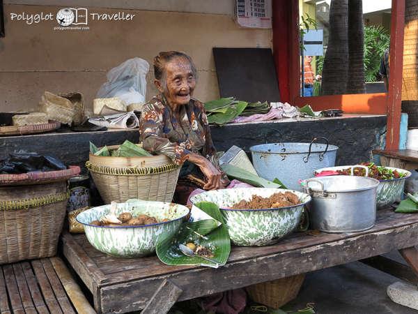 Alte Frau bietet Curry aus ihrer Straßenküche an