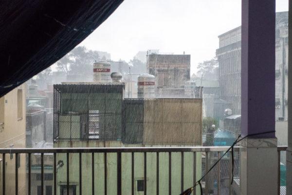 Wolkenbruch in Saigon: Regen in der Trockenzeit
