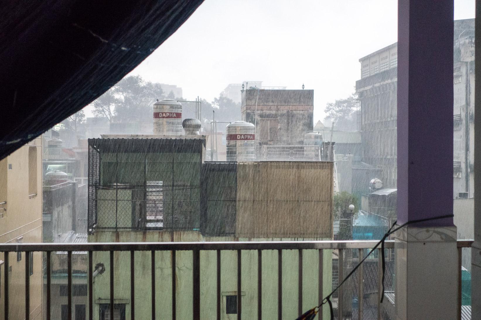 Wolkenbruch in Saigon während der Trockenzeit